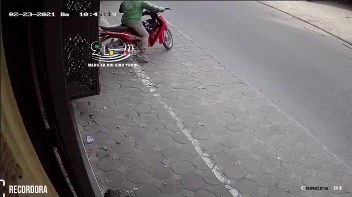 Tài xế xe ôm bị lái ô tô thẳng tay đấm túi bụi vì xích mích