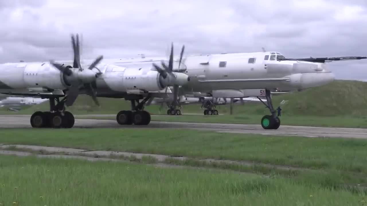 Máy bay ném bom Tu-95 của Nga bay lượn gần biên giới Mỹ