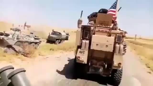 Xe quân sự Nga xới cát vượt qua đoạn đường bị chiến sa Mỹ chặn lại