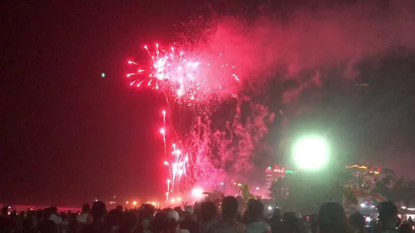 Hàng vạn du khách đổ về thành phố biển Sầm Sơn xem bắn pháo hoa tầm thấp